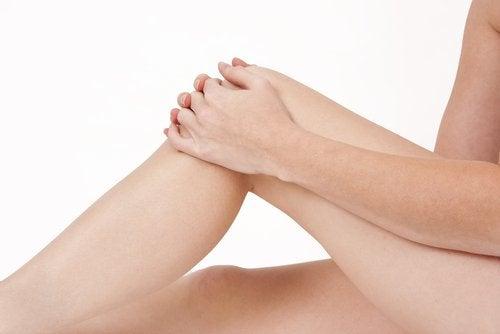 Dłonie na kolanie