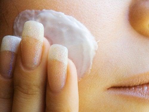 Aplikacja kremu na skórę