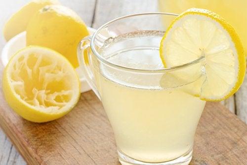 Ciepła woda z cytryną