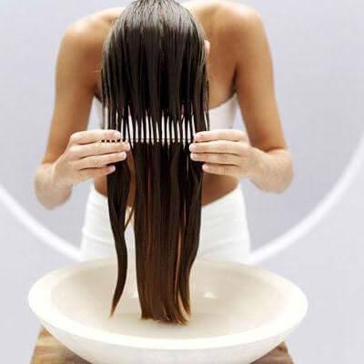 Kobieta czeszcząca mokre włosy grzebieniem