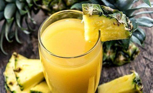 Świeży sok z ananasa