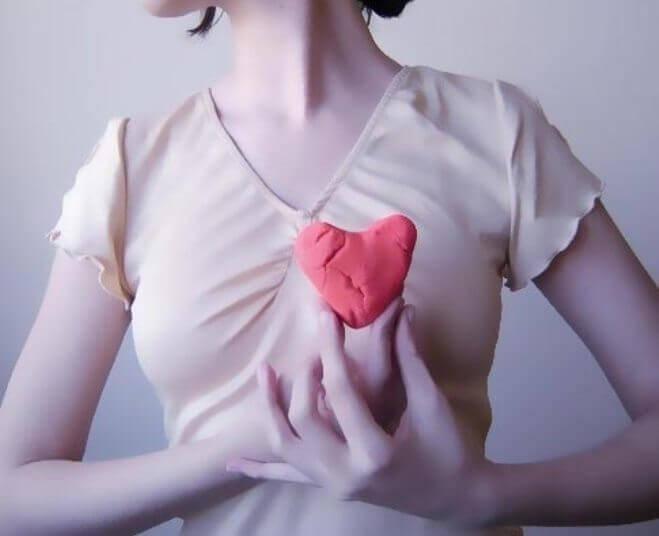 Kobieta trzymająca serce z plasteliny