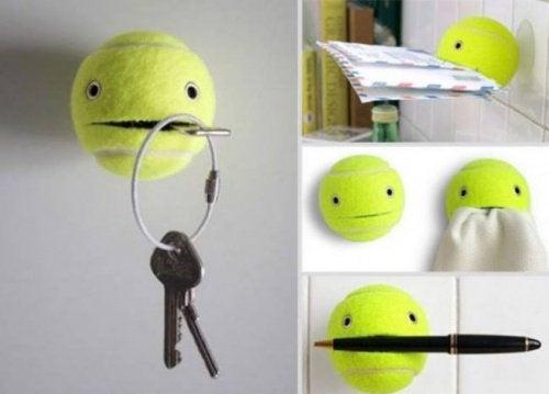 Wieszak z piłeczki tenisowej