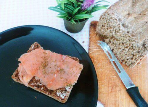 Łosoś wędzony na chlebie żytnim