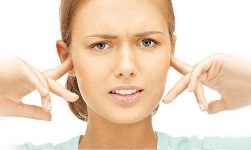 Kobieta zatyka uszy