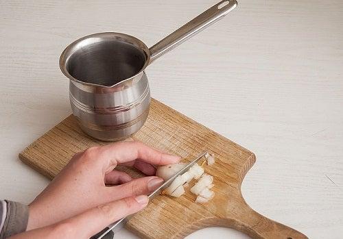Krojenie cebuli bez łez? Poznaj tych 13 sztuczek!