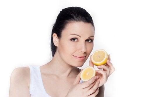 Kobieta i cytryna na przebarwienia
