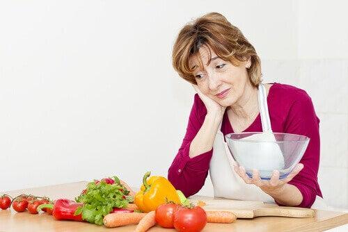Kobieta patrzy na warzywa