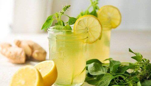 Napój z imbiru mięty i cytryny