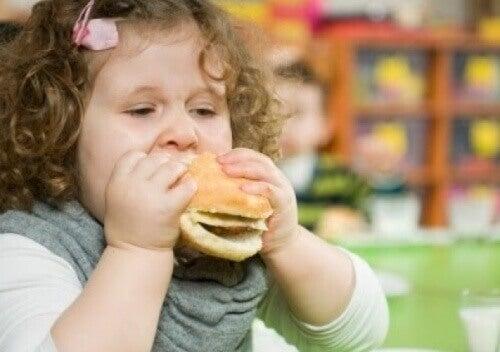 Dziewczynka jedząca hamburgera