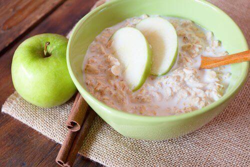 poziom cholesterolu obniżają płatki owsiane z jabłkiem