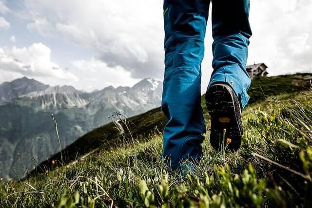 Mężczyzna chodzący po górach
