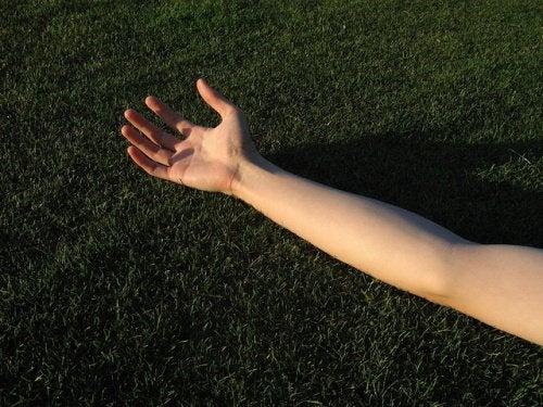 Opadająca skóra ramion – powiedz jej NIE!