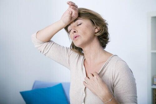 Kobieta z uderzeniem gorąca