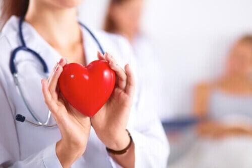 Lekarz z sercem w dłoniach