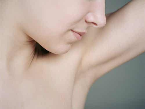 Nieprzyjemny zapach ciała — jak z nim walczyć?