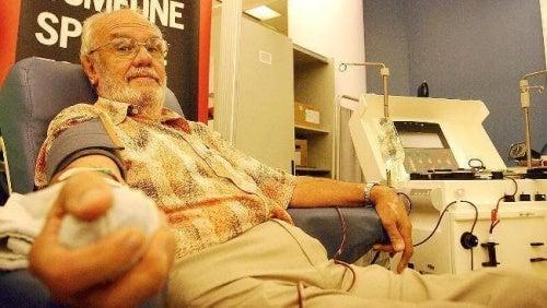 James Harrison oddaje krew