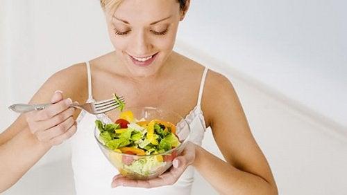 Kobieta spożywająca sałatkę