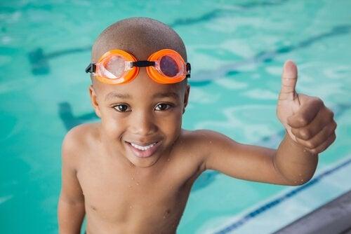 Chłopiec na basenie