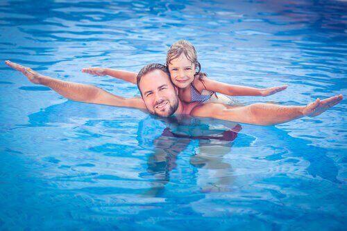 Ojciec z córką w basenie