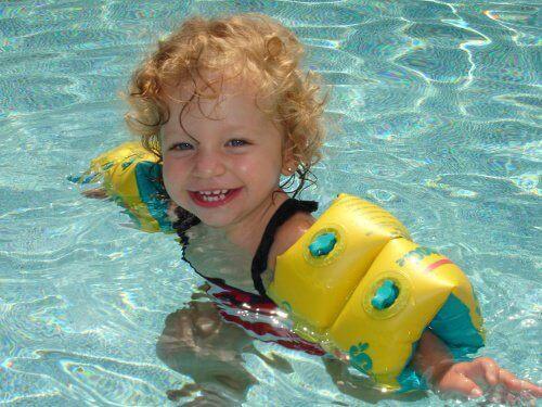 Wesoły chłopiec w wodzie