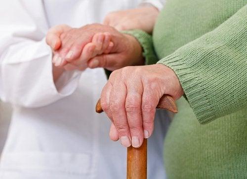Lekarz badający dłonie