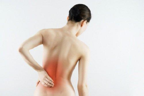 nieprawidłowa postura ciała powoduje bóle pleców