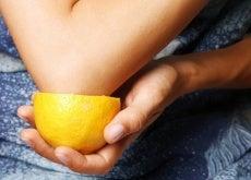 Wybielanie plam cytryną na łokciach