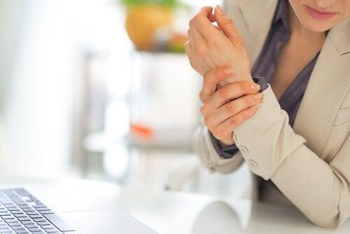 Kobieta z bolącym nadgarstkiem