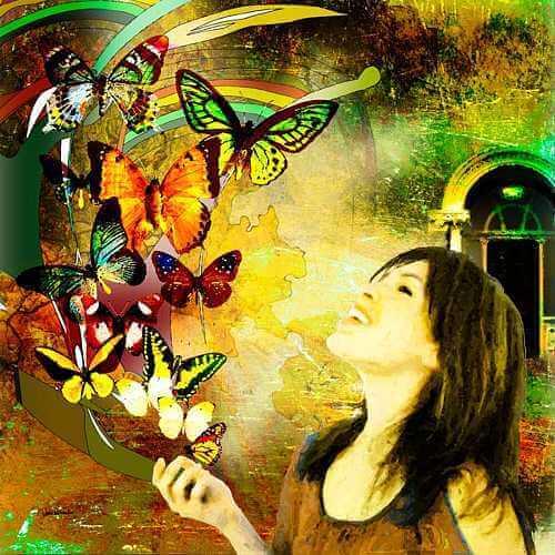Uśmiechnięta kobieta i motyle