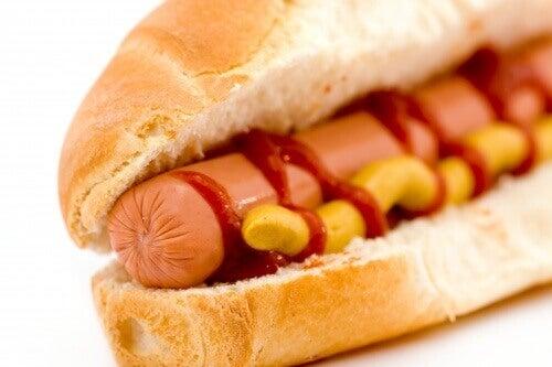 Hot dogi: dodatki azotynów są rakotwórcze