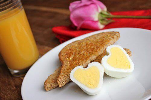 jajka w kształcie serca i tosty