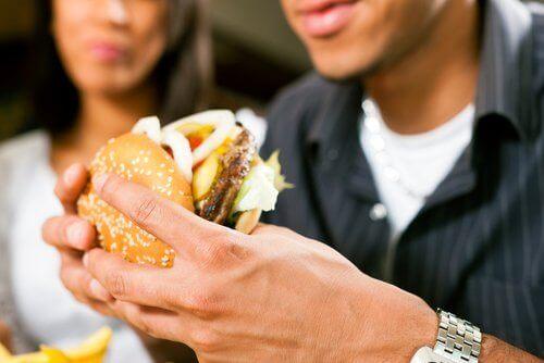 Jedzenie hamburgera