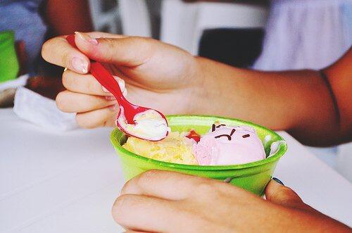 Pucharek lodów - jedzenie niezdrowych produktów