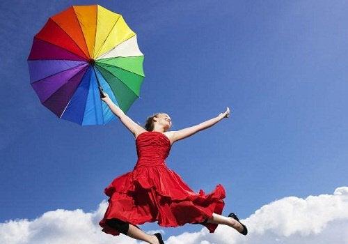 Szczęśliwa kobieta z parasolem