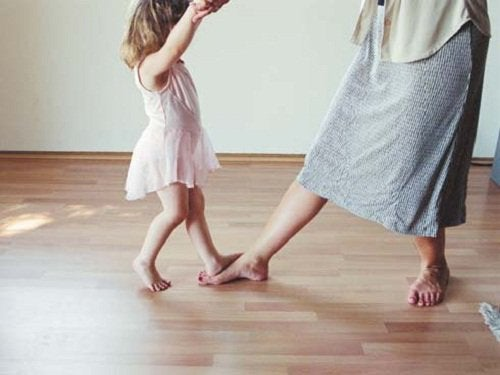 Dziecko tańczy z kobietą