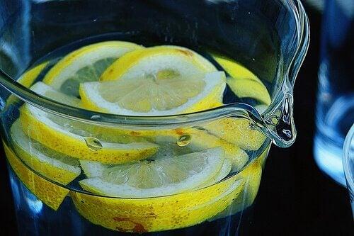 Woda z cytryną pomaga złagodzić bóle głowy