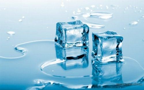 Lód jest korzystny na biust