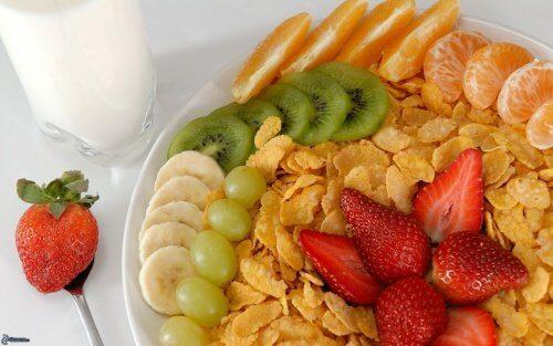 Świeże owoce na śniadanie