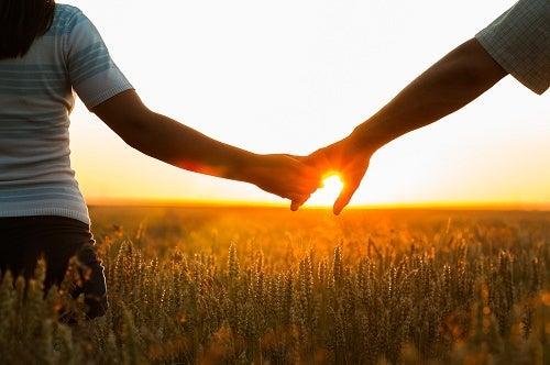 Zdrowe pary chodzą za rękę