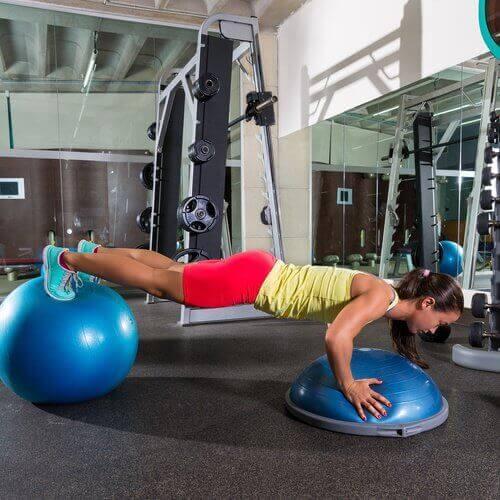 pobieta ćwicząca plank w celu ujędrnienia brzucha