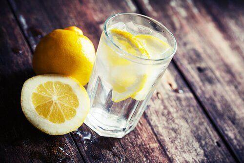 Woda z cytryną, by schudnąć