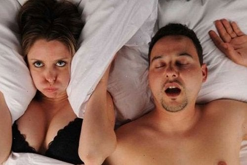 Para w łóżku - chrapanie partnera