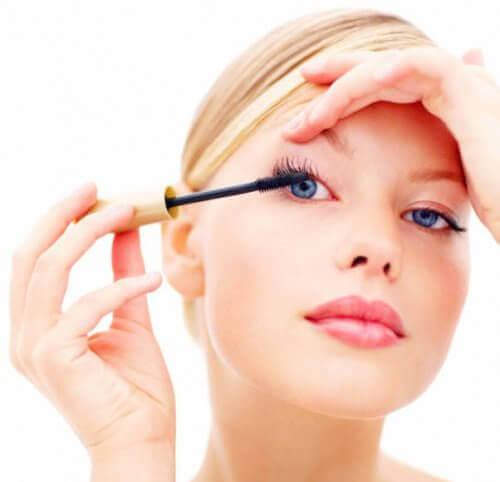 pożyczanie kosmetyków takich jak maskar, którą kobieta maluje rzęsy, to zły pomysł