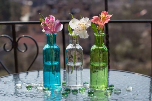 Szklane butelki z kwiatami