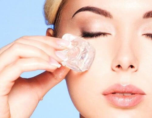 Kostki lodu na pielęgnację skóry
