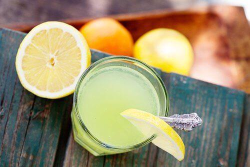 Sok z cytryny z wodą