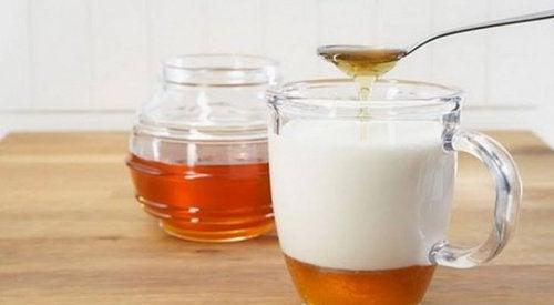 Mleko migdałowe z dodatkiem miodu