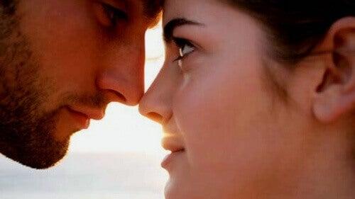 Para zakochanych patrzy sobie w oczy