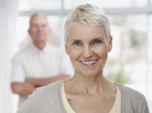 Uśmiechnięta kobieta z siwymi włosami, faza klimakterium